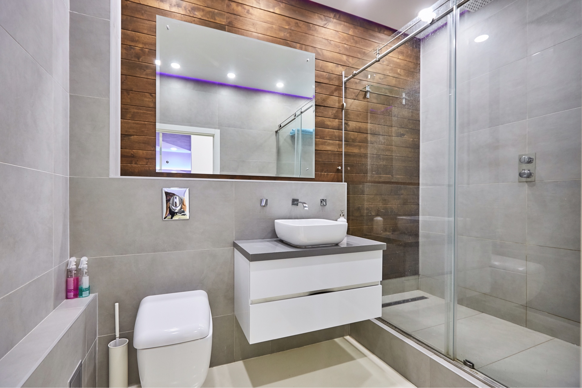 yarkij dizajn vannoj komnaty s dushem v temnyh tonah - Идеи и советы для ремонта в ванной комнате